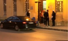 Mladić istresao smeće ispred zgade Općine Visoko i ostavio poruku, intervenisala policija